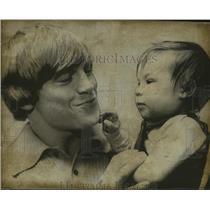 1972 Press Photo Alabama-Auburn's Terry Beasley future 49er with daughter Wendy