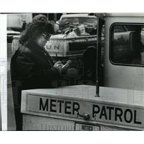 Press Photo Meter Maid Carolyn Hastings writing a parking ticket - spb17838