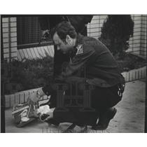 1980 Press Photo Police Officer Greg Harshman investigates a package - spb18953