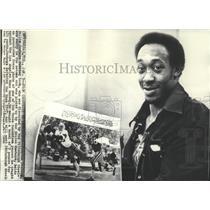 1976 Press Photo Dallas Cowboys Running Back Preston Pearson Holding a Photo