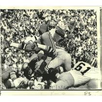 1970 Press Photo New Orleans Saints Tony Baker Flips Over 49ers Frank Nunley