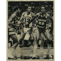 1976 Press Photo Alabama-Birmingham-Leon Douglas with Pistons play Cavaliers.