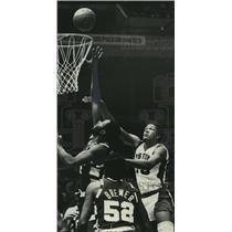 1976 Press Photo Alabama-Birmingham-Leon Douglas shoots over Cav's Jim Chones.