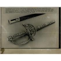 1976 Press Photo Louvre Museum Daimond Sword Mask Guard - RRX67193