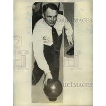 1933 Press Photo Joe Miller Bowling against Stewart Watson in Chicago