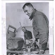 1958 Press Photo M.D. Ross, Alfred Mikesell Check Equipment after Balloon Ride