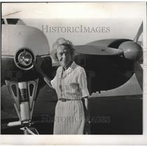 1964 Press Photo Pilot Ruth Reinhold with Senator Goldwater's Private Plane