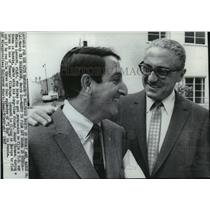 11967 Press Photo Sheldon Ronald chats with friend Danny Thomas - spp53292