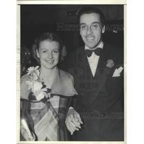 1935 Press Photo Actor Caesar Romero and Betty Furness Actress Attend Premiere
