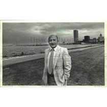 1980 Press Photo Parks manager Robert Mikula poses near McKinley Marina