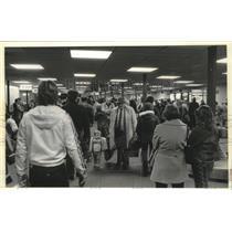 1980 Press Photo Passengers in corridors at Mitchell Field in Milwaukee.