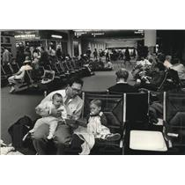 1989 Press Photo Curtis Weinstein with his children waiting for a flight
