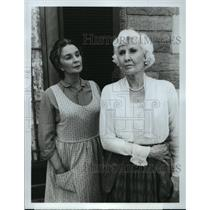 "Press Photo Jean Simmons and Barbara Stanwyck, ""The Thorn Birds"" - spp59242"