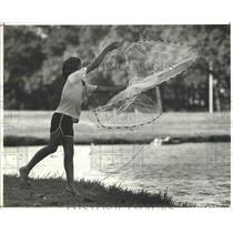 1980 Press Photo Orlando Posada tosses a net at Hermann Park, Houston, Texas