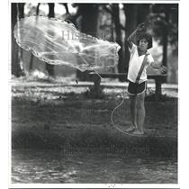 1980 Press Photo Orlando Posada fishes with a net in Hermann Park, Houston