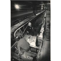 1991 Press Photo Mitchell Field's moving sidewalk under construction, Milwaukee
