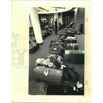 1986 Press Photo Baggage hand-carried to baggage area, Mitchell Field, Milwaukee