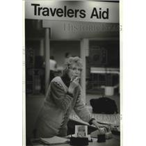 1995 Press Photo Travelers Aid, Peggy Hanley, helps travelers, Milwaukee