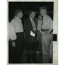 1961 Press Photo Alabama-Segregation: Freedom Riders speak with national guard.
