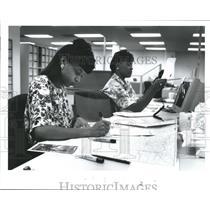 1991 Press Photo Nicole Taylor & Angela Clark Prepare Material, AAA, Houston, TX