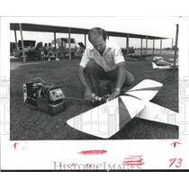 1985 Press Photo Bob Obenberger, Jr. uses a start-up kit on his Model Airplane