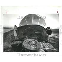 1989 Press Photo Lang and Charlie Bowie pack equipment for Balloon, Texas