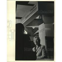 1983 Press Photo Ruth Detuncq, Visitor Rep. Talks At Mitchell Airport In Mil.