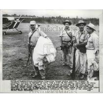 1954 Press Photo Liberation Troops Pickup Supplies From A C-47 In Esquipulas