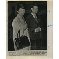 1960 Press Photo Captain Peter Townsend on a London trip with wife Marie Jamagne