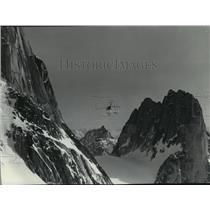 1974 Press Photo A chopper flies between Pigeon Spire & Snowpatch Mountain