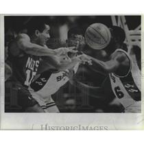 1988 Press Photo Basketball player Otis Birdsong of the Nets passes vs. Spurs