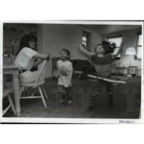 1993 Press Photo Sierra Cooney and her sons play at Transitional Living Center