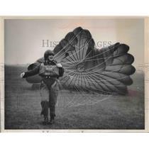 1963 Press Photo Ann Harding of the Women's Royal Air Force Tries Chute, U.K.