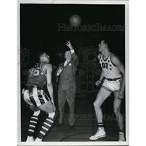 1950 Press Photo Mayor Thomas A Burker Tosses Ball, Globetrotters Charles Cooper