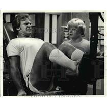 1980 Press Photo Bob Golic, Ron Knazek helps train Bob - cvb40312