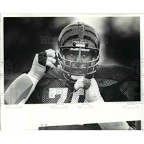 1982 Press Photo Emanuel Weaver of Cincinnati Bengals Adjusting Helmet
