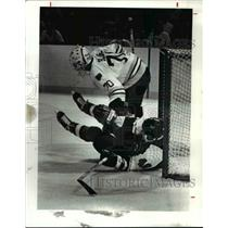 1991 Press Photo Kimby Daniels of the Philadelphia Flyers slides into the net