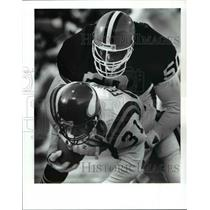1989 Press Photo 1st quarter-Cleveland's Van Walters buries Vikings running back