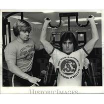 1981 Press Photo Mayfield High North-Chuck Sabatino works on Nautilus machine.