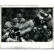 1990 Press Photo San Diego's Rod Bernstine scores a touchdown against the Browns