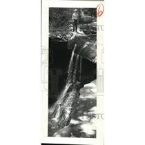 1980 Press Photo Park Ranger Sheridon Stule at falls in Cuyahoga National Park