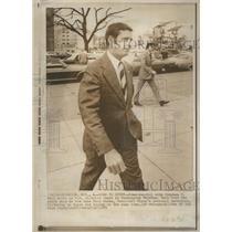 1973 Press Photo Stephen Bull Walks Court-Told-Saw Rose- RSA21635