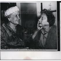 1961 Press Photo Miss Helen Keller visits Katherine Cornell at her Home.