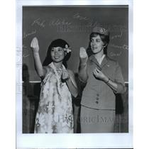 1971 Press Photo International Stewardesses Karen Nakamura & Beth Daniell Hula.
