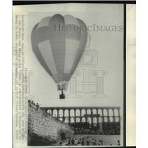 1974 Press Photo Jesus M. Green Flies Balloon over Aqueduct in Segovia, Spain