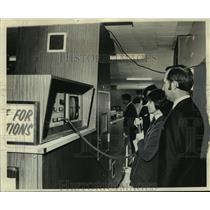 1974 Press Photo Delta employees examine Delta's fluoroscope screen - noa86725