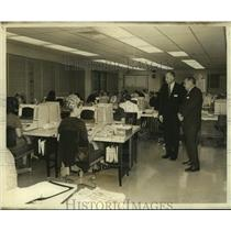 1971 Press Photo Delta Airlines officers oversee employees at the new office