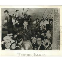 1963 Press Photo Aviator Douglas Corrigan Carried by Admiring New Yorkers