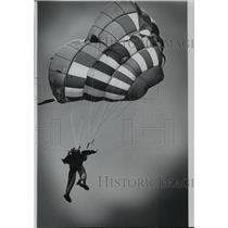 1974 Press Photo Navy Ensign Catherin Mills, parachuting - spb01501