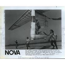 1982 Press Photo Crew runs alongside Gossamer Albatross, man powered airplane